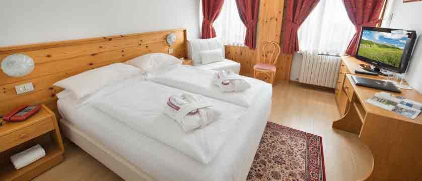 italy_livigno_hotel-livigno_bedroom.jpg
